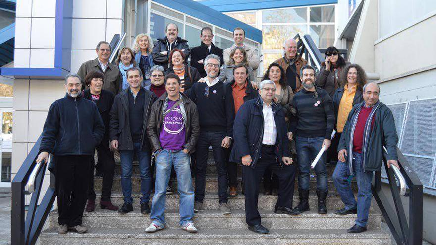 Ricardo Cano (bajo a la derecha, con chaqueta azul y camisa blanca) junto con miembros de su candidatura al consejo ciudadano de Podemos.