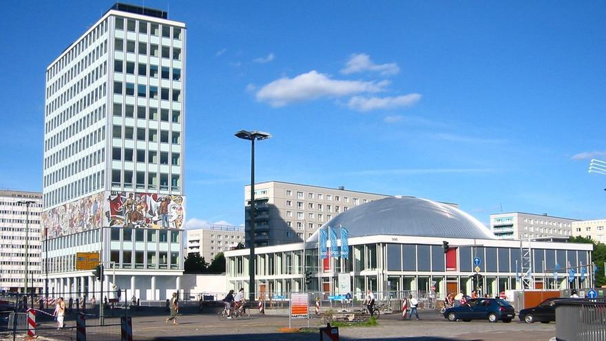 Casa de los Maestros y, a su derecha, el Palacio de Congresos, dos proyectos ejemplares de arquitectura de la RDA/ Wikimedia Commons