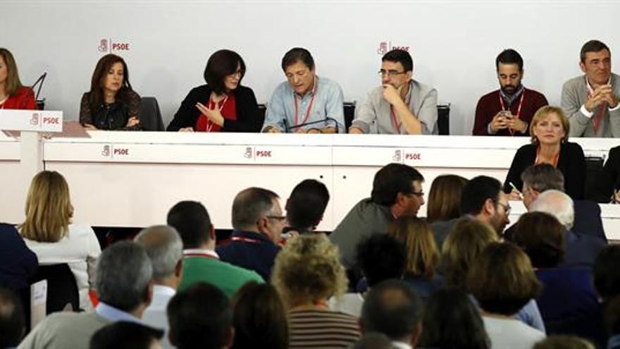 La gestora del PSOE cumple un mes sin lograr aplacar la división interna