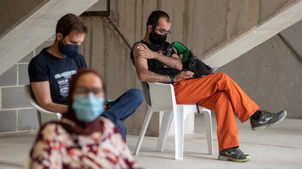 Varias personas reposan tras vacunarse contra la COVID-19, este viernes en el Estadio Nueva Condomina de Murcia