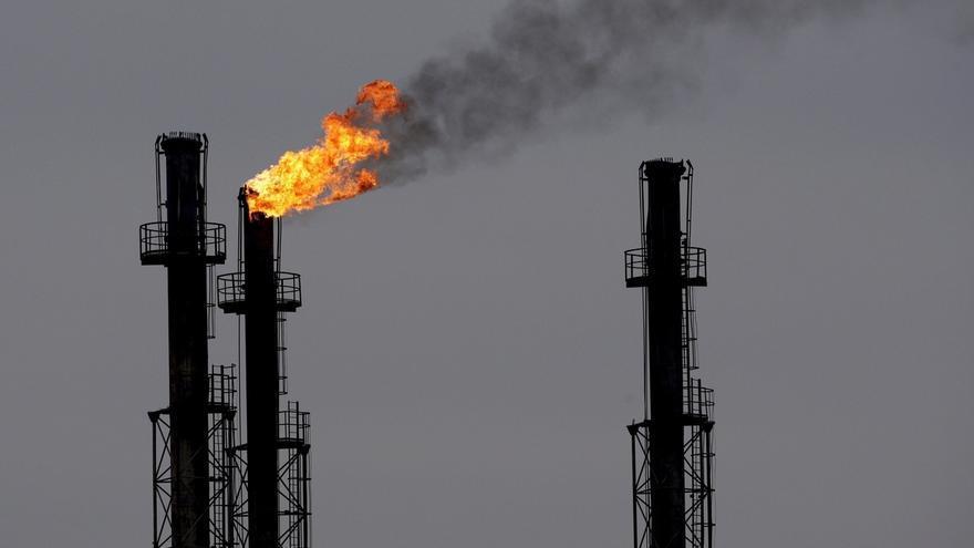 Chimeneas en la refinería de gas y petróleo de Brazi, 60 kilómetros al norte de Bucarest, Rumanía.