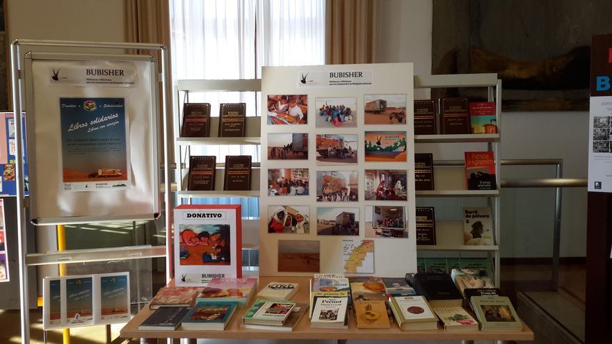 Expositor junto a los ascensores de la Biblioteca de Castilla-La Mancha