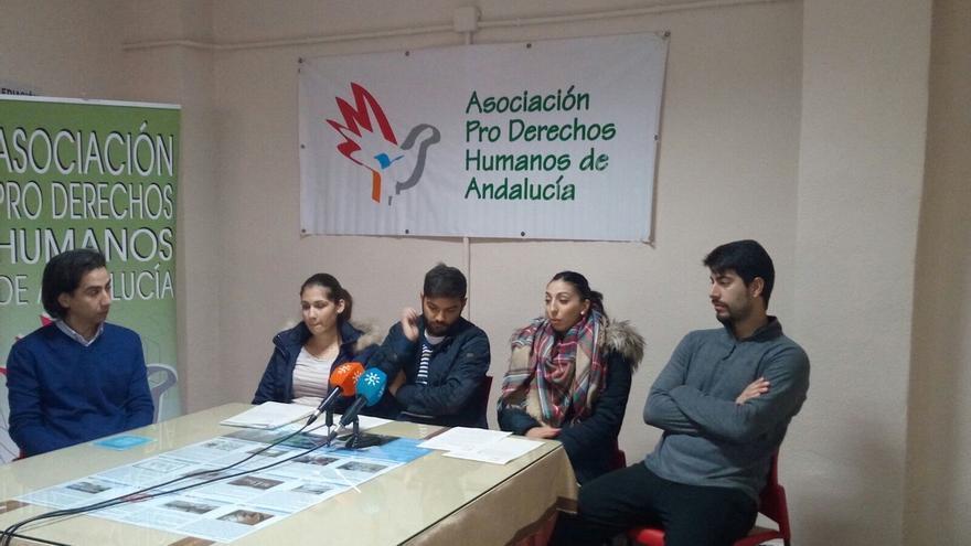 Dos parejas denunciadas por la Agencia de Vivienda andaluza por ocupar uno de sus locales para vivir (Foto. APDH-A)