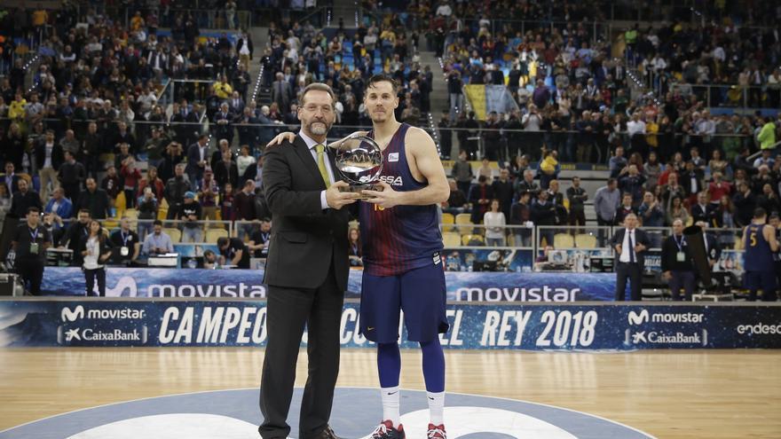 Thomas Heurtel con el trofeo de MVP.