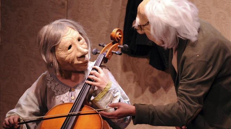 """""""André y Doriné"""", el alzheimer contado con el lenguaje universal de máscaras"""