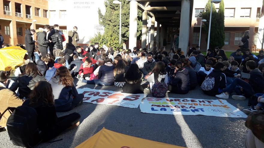 Sentada de protesta del IES El Cabanyal a las puertas de Eduación