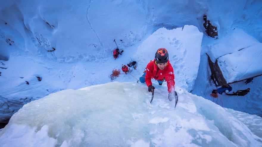 La escalada en hielo requiere de técnica, fuerza y precisión (© T.Rubí).