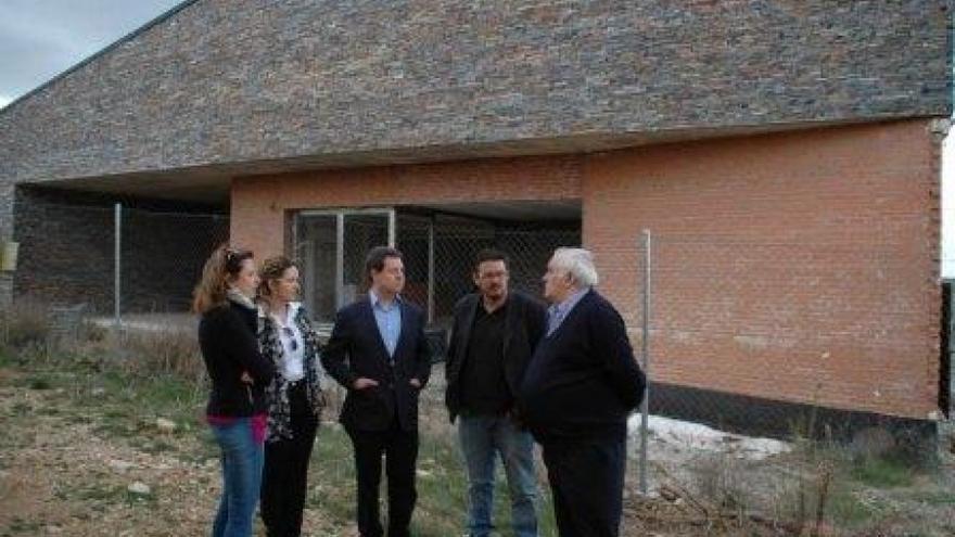 Emiliano García-Page visita el centro de salud desmantelado de Alcolea del Pinar (Guadalajara)