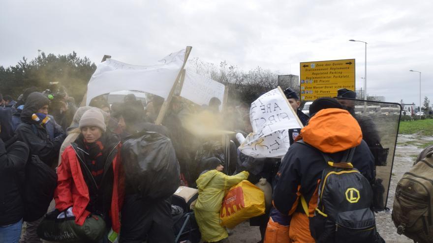 La policía rocía con gas a refugiados que se manifiestan en Calais / Eduardo Granados