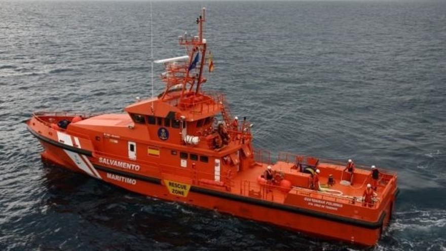 Buscan una patera con 33 personas a bordo, entre ellas tres mujeres, en el Mar de Alborán