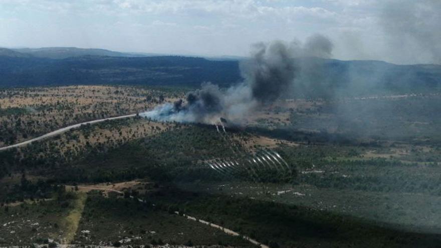 El vuelco de un camión con gasoil provoca un incendio y el desalojo de un albergue en la provincia de Guadalajara