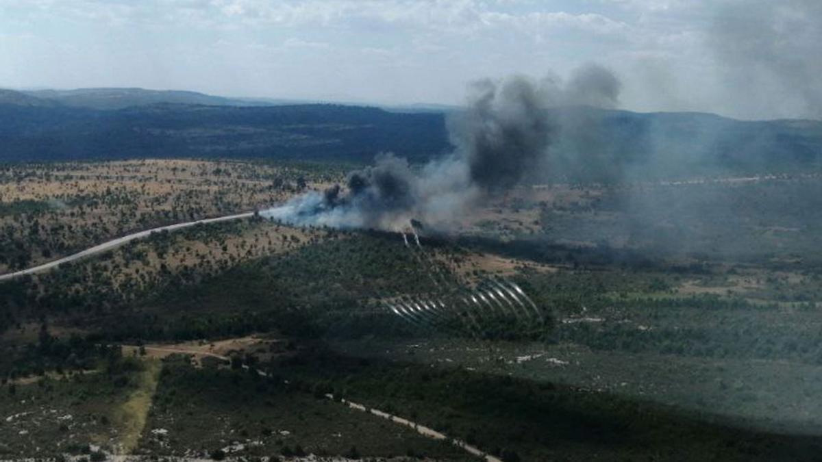 Imagen de humo tras el vuelco de un camión con gasoil en Mazarete (Guadalajara)