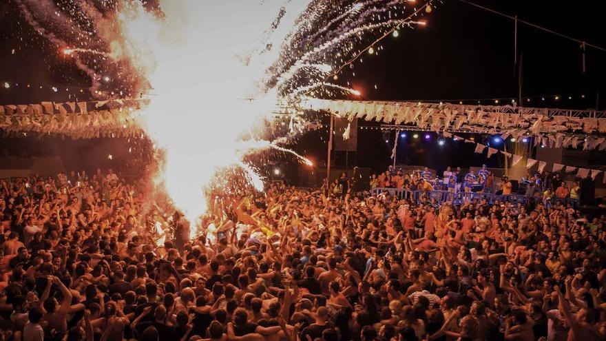 El infernal espectáculo pirotécnico congregó a unas 5.000 personas en la plaza de Candelaria. Foto: CARLOS ACIEGO.