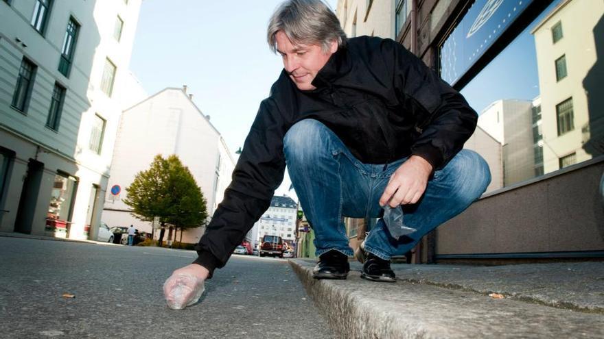 Jon Larsen en una calle de Bergen (Noruega), recogiendo muestras de potenciales partículas del espacio
