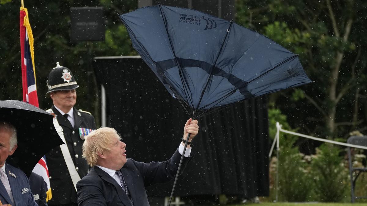 El primer ministro del Reino Unido, Boris Johnson, abre un paraguas en la inauguración del Memorial de la Policía del Reino Unido en el National Memorial Arboretum en Alrewas, Staffordshire.