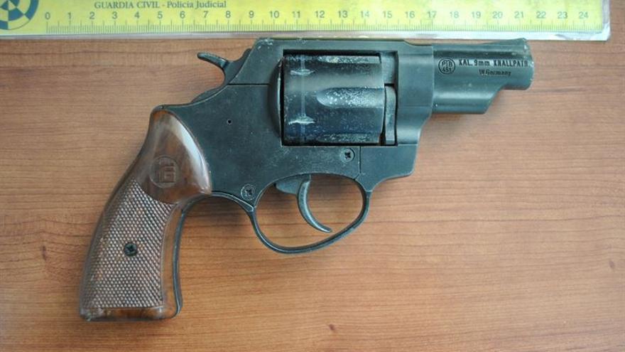 El arma que portaba el delincuente en el momento de su detención / Foto cedida