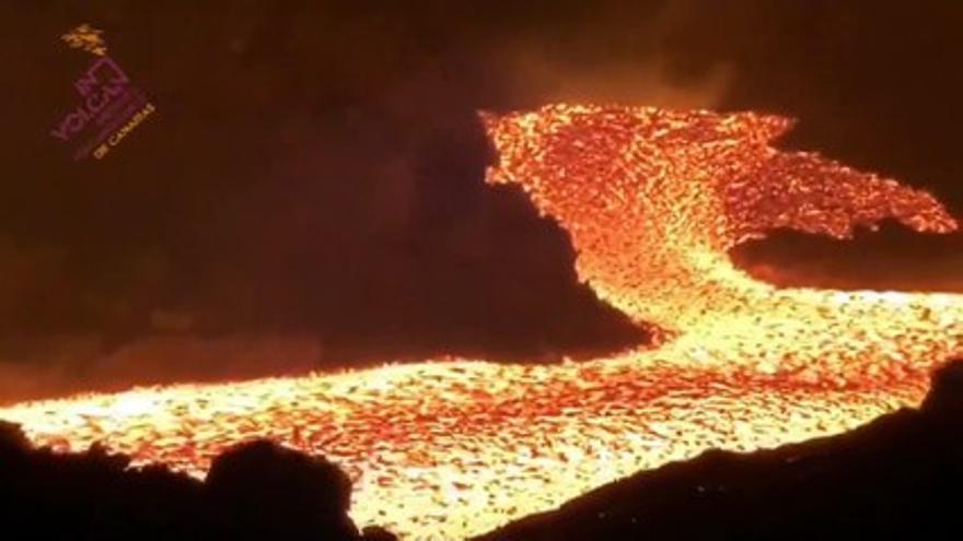 La nueva colada del volcán de La Palma se encuentra a 30 metros del acantilado de Tazacorte, según Involcan