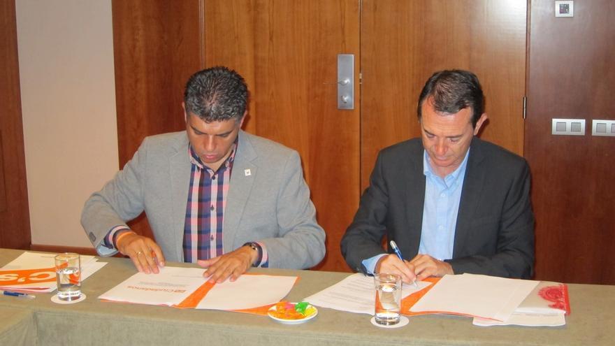 Pérez Navas (PSOE) firma el acuerdo marco de C's y enfrentan programas en materia de política social
