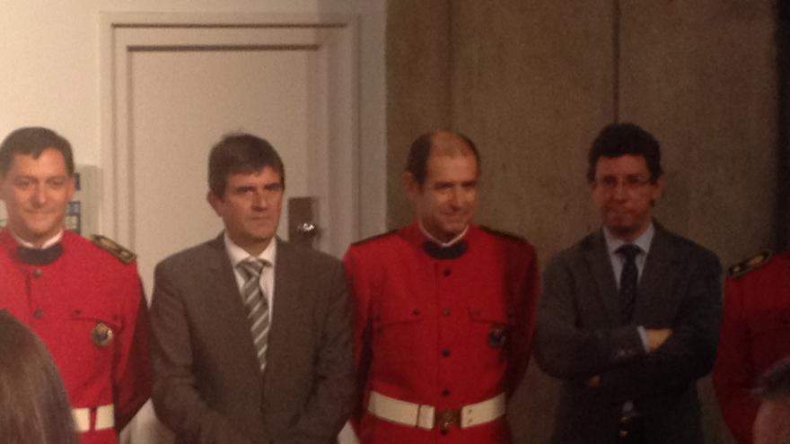 Jorge Aldekoa, segundo por la derecha, en su último acto como jefe de la Ertzaintza este lunes en la comisaría de Bilbao.