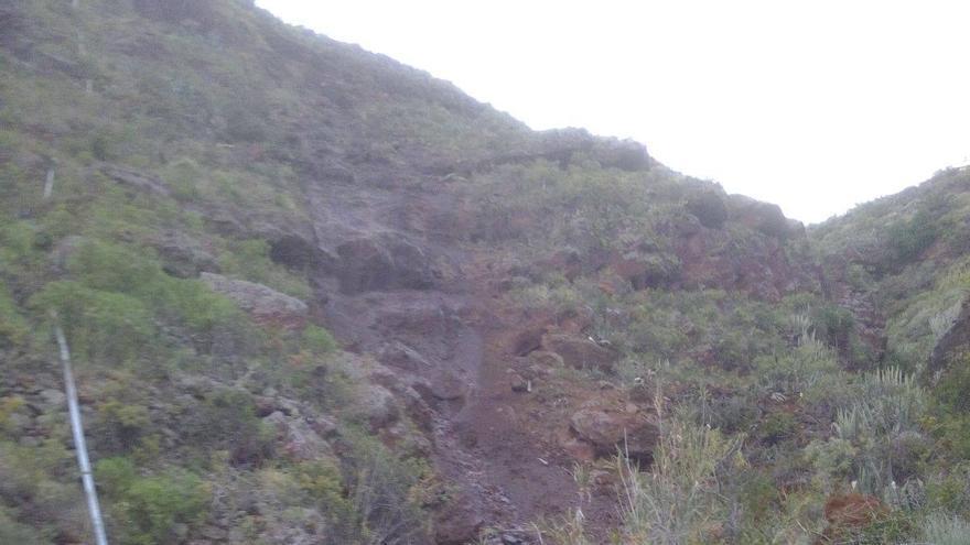 Imagen del desprendimento registrado en la carretera de Tenagua a Martín Luis. Foto: BOMBEROS LA PALMA.