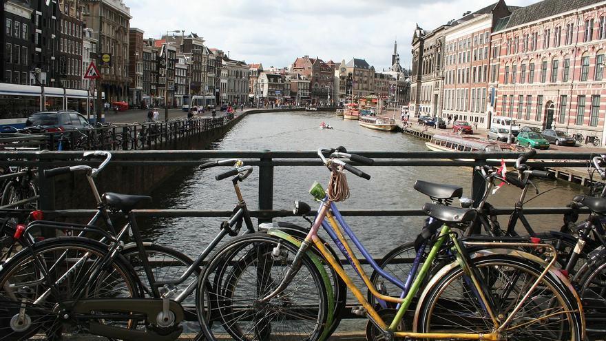 Bicicletas en un canal de Ámsterdam. Obtenida de Flickr, CC.