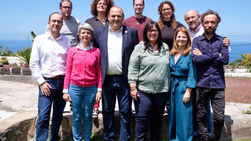 Foto de familia con parte de los integrantes de la lista de Podemos en Los Realejos, con Teo Morales en el centro
