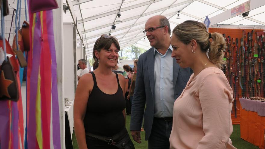 Susana Machín (d), con el presidente del Cabildo de La Palma, Anselmo Pestana, y una artesana.