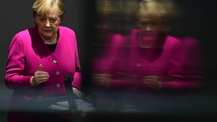 """Merkel justifica suspensión de AstraZeneca a menores de 60 años por """"riesgos"""""""