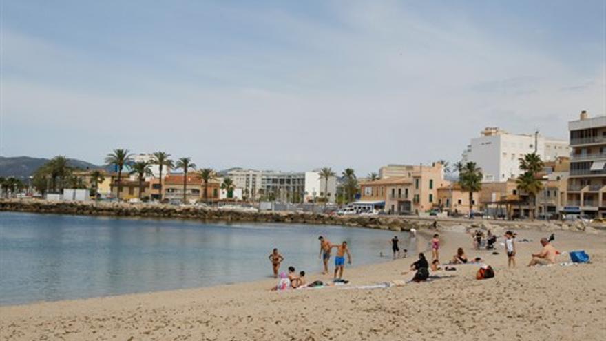Bañistas en una playa de Palma durante el primer día de la Fase 2, cuando se puede acceder a las playas de la misma provincia, isla o unidad territorial de referencia establecida en el plan de desescalada,