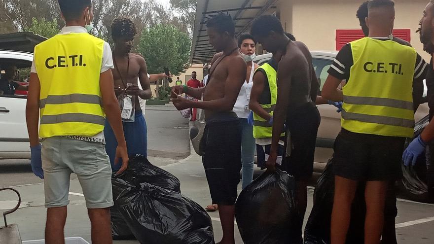 Más de un centenar de personas entran en Ceuta tras saltar la valla fronteriza.