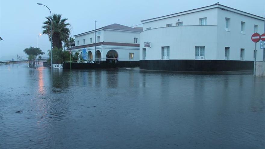 Centro de salud de Icod de los vinos anegado por la fuerte tromba de agua.