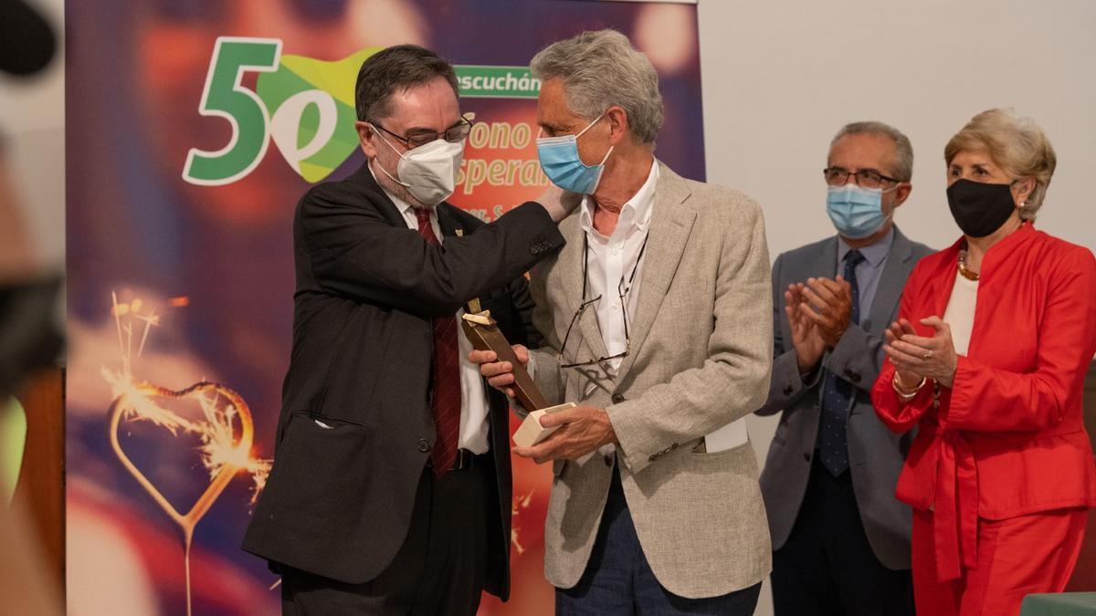 Luis Rojas Marcos recibe el reconocimiento del Teléfono de la Esperanza