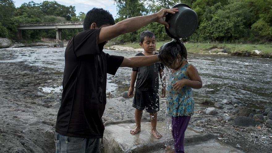 Muchas familias que no tienen acceso al agua potable en sus hogares recurren a ríos como el San Antonio / © Pedro Armestre