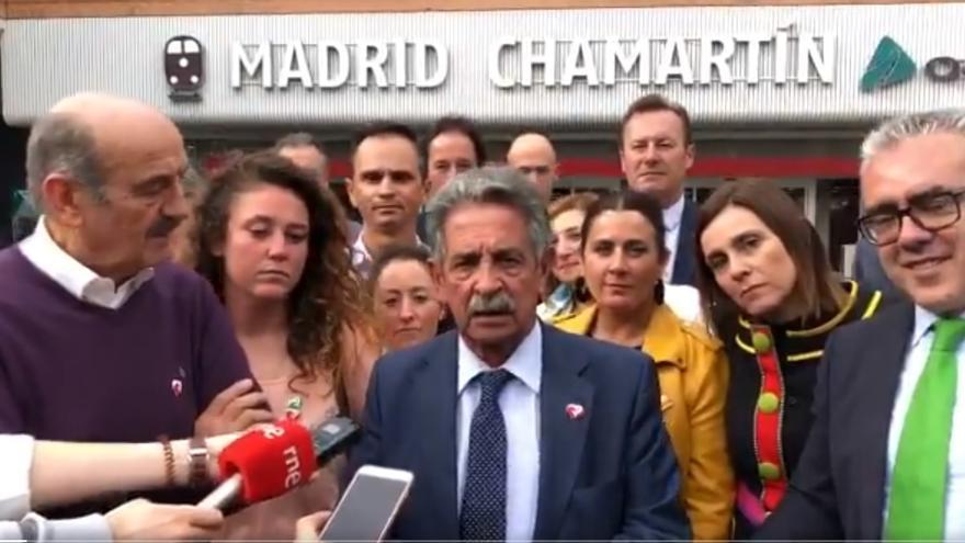 Revilla y Mazón, junto a militantes del PRC, en la estación de Chamartín en Madrid.