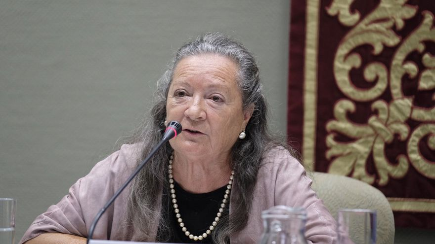 Elsa López este lunes en el Parlamento de Canarias.