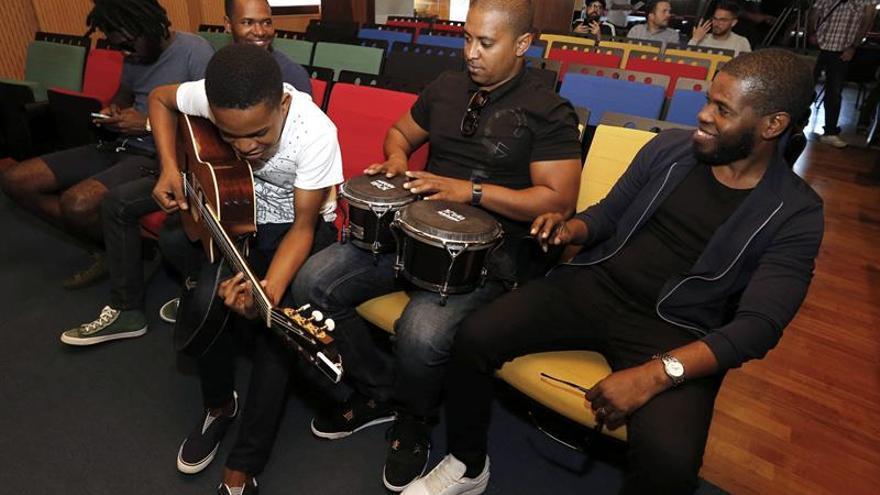El cantante angoleño Totó (d) y su grupo de músico hacen una pequeña demostración de la música que ofrecerán con motivo de la celebración del décimo aniversario de Casa África. (EFE/Elvira Urquijo A.)
