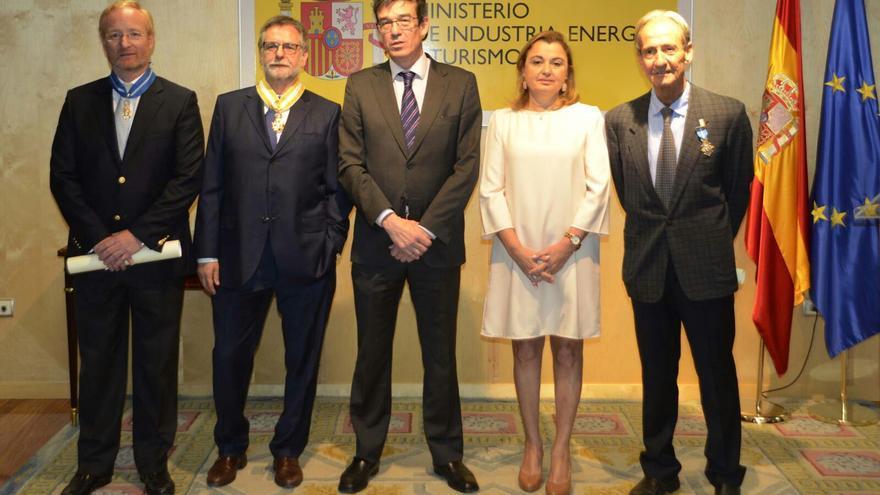 António Serge de Pinho Campinos, primero por la izquierda, el pasado abril, cuando recibió una condecoración en el Ministerio de Industria.