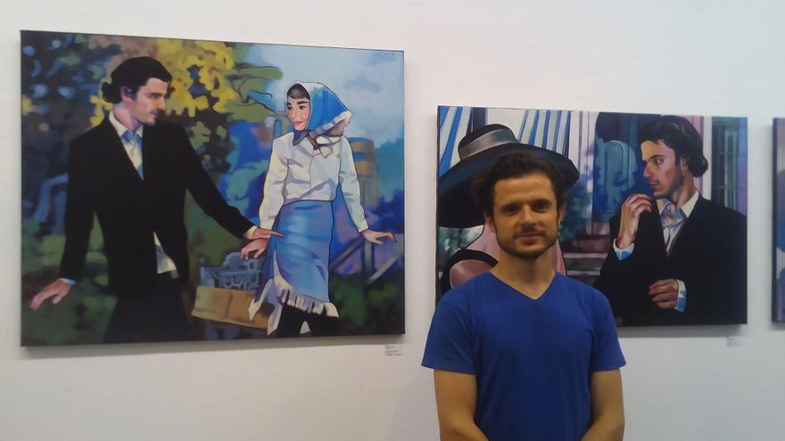 Rubén Sánchez posa en su exposición de la sala O'Daly.