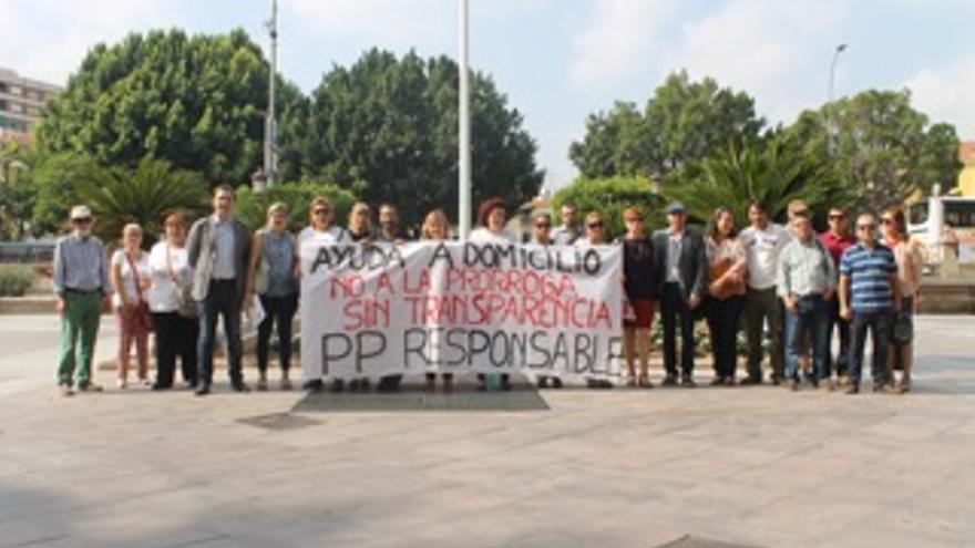 Mario Gómez y Carlos Peñafiel, de Ciudadanos, con los trabajadores de Ayuda a Domicilio ante el ayuntamiento