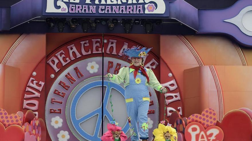 """Los chihuahuas Manolito y Lupita, de Julieta Villareal, lograron hoy el premio del Carnaval canino de """"La Eterna Primavera"""" de Las Palmas de Gran Canaria."""