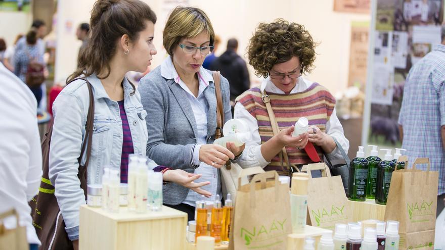 Varias consumidoras consultan productos cosméticos ecológicos