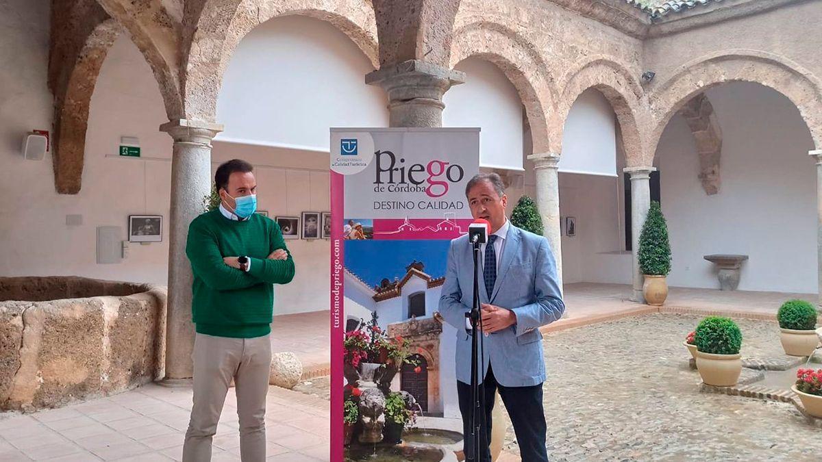 El delegado territorial de Turismo en Córdoba, Ángel Pimentel (dcha.), en Priego de Córdoba.