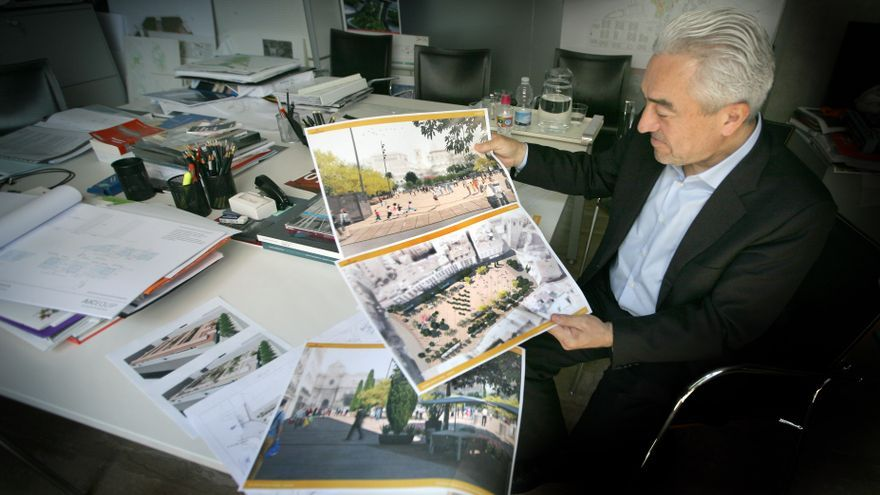 El arquitecto José María Tomás muestra las imágenes del proyecto de la plaza de la Reina