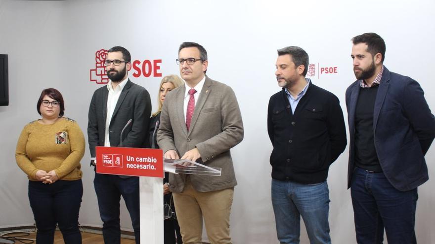 Diego Conesa en rueda de prensa junto a los miembros de la dirección socialista