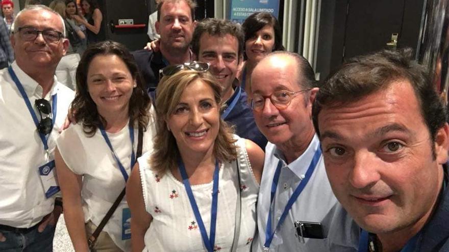 Susana Marqués, en una foto con sus compañeros en el congreso del PP
