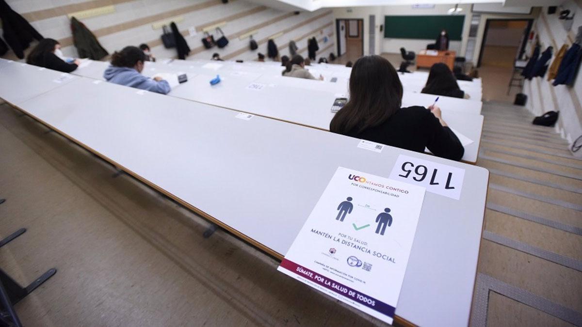 Archivo - Alumnos de la UCO asistentes a un examen presencial con medidas por el Covid.