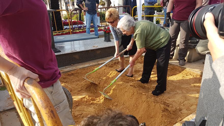 Familiares de víctimas se han sumado al inicio de la excavación de la fosa en el cementerio de Paterna.