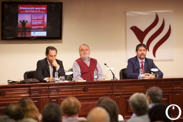 Fernando Savater, en el centro, durante su charla en Cajasur, el lunes por la noche. | MADERO CUBERO