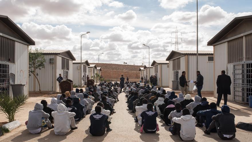 Personas migrantes y refugiadas esperan en el centro de Gharyan, a unos 80 kilómetros al sur de Tripoli, Libia © TAHA JAWASHI