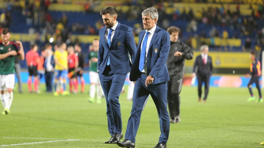 Eder Sarabia y Quique Setién tras el partido disputado en el Estadio de Gran Canaria entre la UD Las Palmas y el Osasuna.